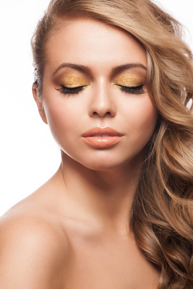 Gold eyeshadow look.